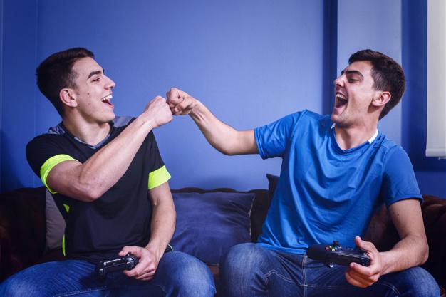 amigos jugando PS4