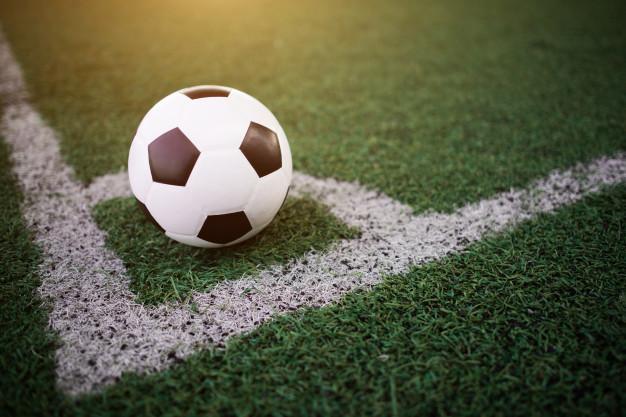 Balón de fútbol en campo